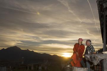 Paare vor Berghütte