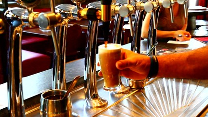 pour beer in bar