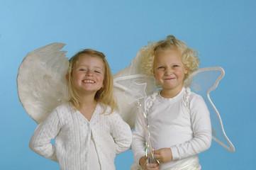 Mädchen als Engel gekleidet