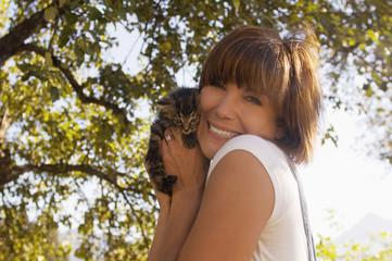 Junge Frau mit Katzenbaby