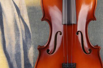 Alte Geige vor bemaltem Vorhang