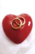 Hochzeitsringe auf einem Herz
