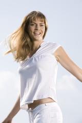 Frau im weißen Sommer-Outfit, gesund und froh