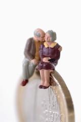 Figuren, älteres Paar, Senioren, Senioren sitzen auf Münze
