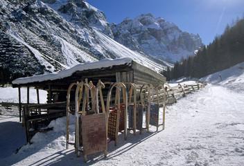 Österreich, Tirol, Stubaital, Schlitten vor Hütte