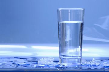 Glas Wasser mit Eiswürfeln