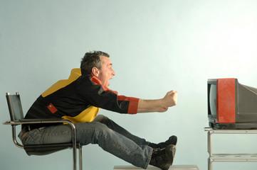 Fußballfan vor einem TV