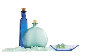 Farbige Flaschen und eine Schüssel