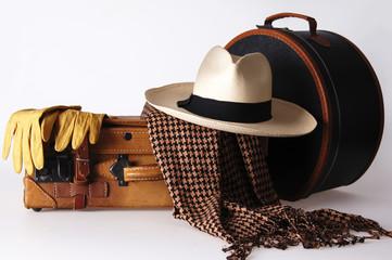 Gepäck mit Hutschachtel und Panamahut