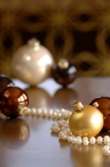 Weihnachtsdekoration mit Perlenkette und Christbaumkugeln