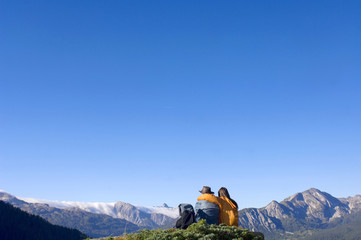 Paar in den Bergen, am Gipfel