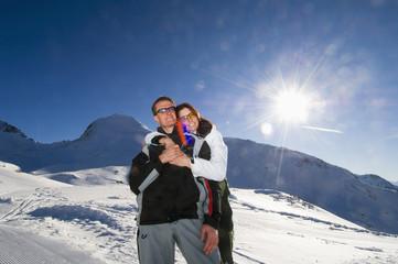 Österreich, Salzburger Land, sich umarmendes Paar in den Bergen