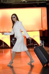 Business-Frau zieht Koffer