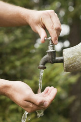 Hände, frisches Wasser aus Brunnen