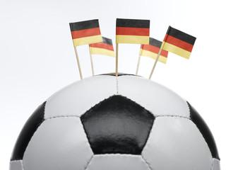 Deutsche kleine Flaggen in Fußball gesteckt