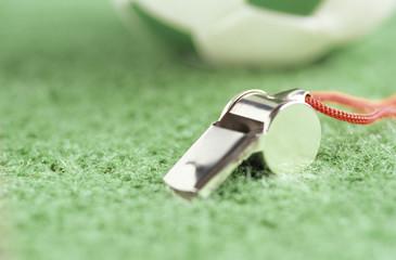 Pfeife und Fußball