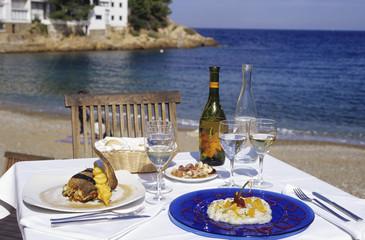 Spanien, Katalonien, Costa Brava, Tisch für zwei Personen im Sandstrand