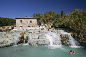 Italien, Toskana, Saturnia, Gruppe von Menschen genießen eine heiße Quelle