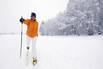Österreich, Salzburger Land, Frau beim Skilanglauf