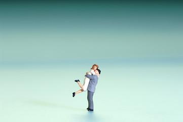 Zwei Figuren umarmen sich