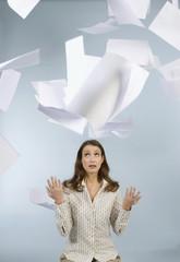 Geschäftsfrau werfen Papiere in der Luft