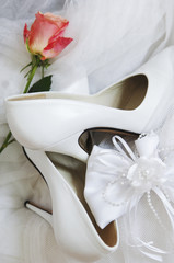 Brautschuhe mit Rose und Band