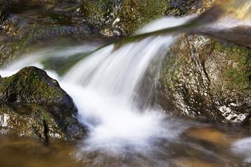 Wasser fallen über Felsen, Bewegungsunschärfe