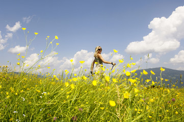 Junge Frau wandert in der Natur