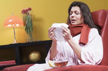 Frau mit Erkältung, Taschentuch