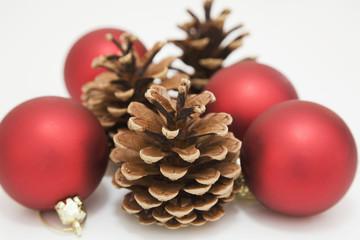 Weihnachtsschmuck mit Tannenzapfen und Weihnachtskugeln