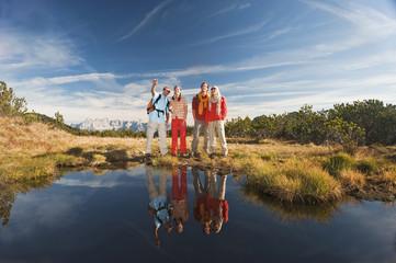 Österreich, Salzburger Land, Wanderer stehen in der Nähe eines Sees
