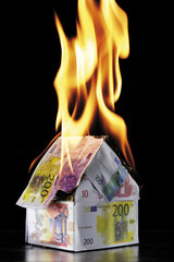 Haus aus Euro-Banknoten brennt