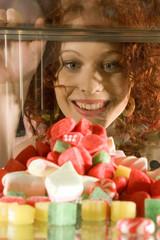Junge Frau schaut auf Süßigkeiten