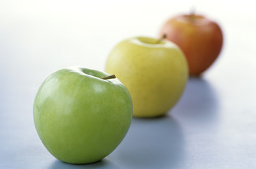 Äpfel in einer Linie