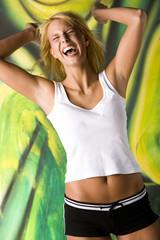 Blonde Frau lächeln, Arme nach oben