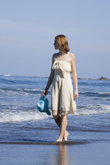 Junge Frau macht Strandspaziergang