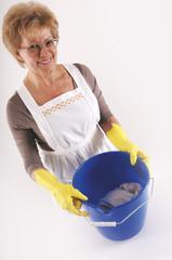 Ältere Frau mit Putzeimer und Handschuhen Porträt