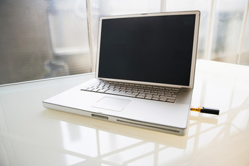 Laptop mit USB-Stick, close-up