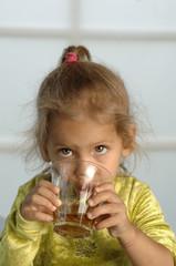 Kleines Mädchen trinkt Saft