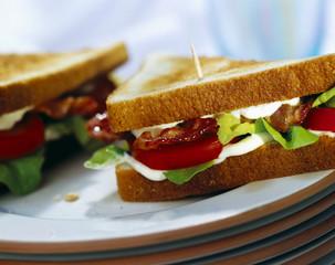 Toast mit Speck, Salat und Tomaten