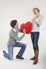Paar, Junger Mann knien vor der jungen Frau, Portrait