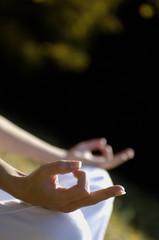 Frau meditiert im Freien