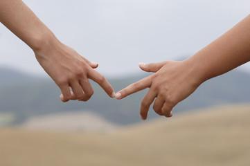 Zeigefinger berühren sich
