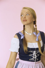 Frau jung in traditioneller Tracht, Portrait