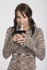Frau jung mit Glas Wein