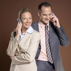 Geschäftsmann und Geschäftsfrau mit Handy