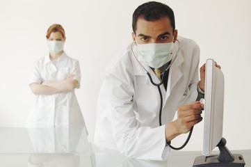 Arzt schaut auf Bildschirm