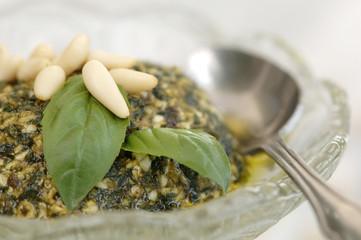 Basilikum-Pesto in Schale