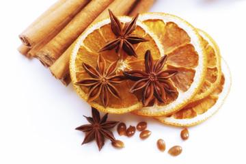 Sternanis, Zimtstangen und getrocknete Orangenscheiben
