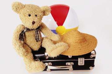 Teddybär auf Koffer mit Hut und Wasserball, Reise, Verreisen